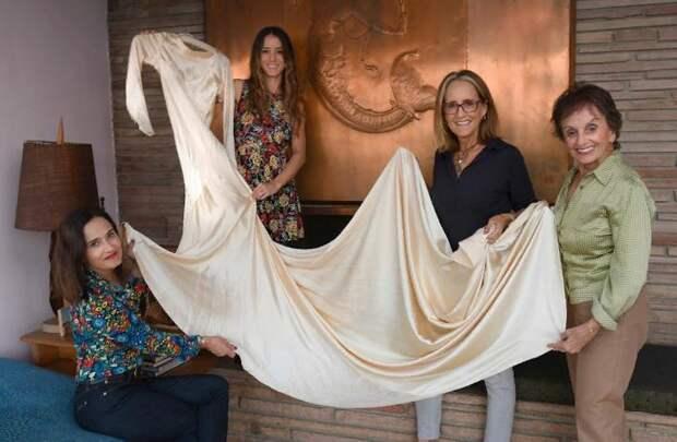 Элена, Пилар, Марта и Анита со своей семейной реликвией