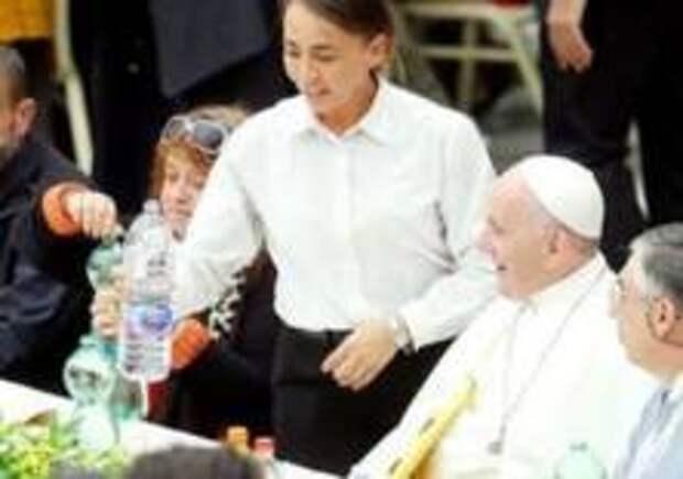 Папа Римский пообедал с бедняками