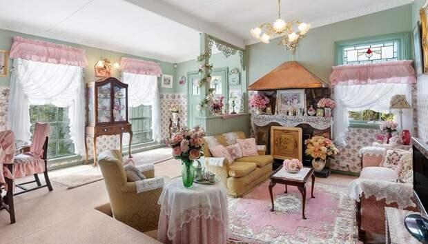 Большую часть мебели и текстиля нужных расцветок было куплено в Америке. | Фото: realestate.com.au.