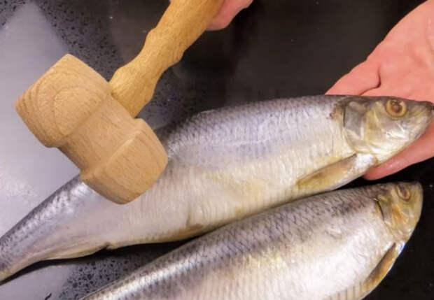 Делаем закуску из селедки вкуснее шубы: отбиваем рыбу молотком
