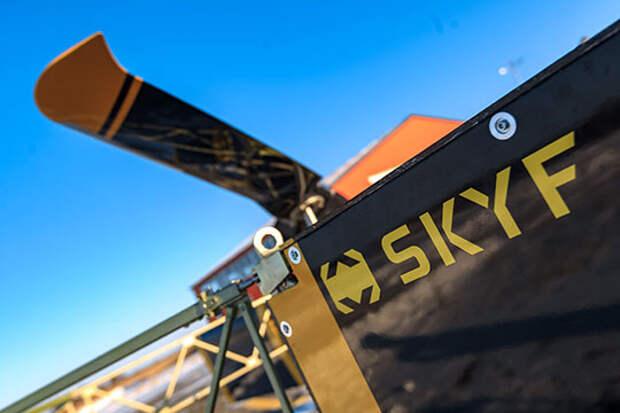 Для начала, что такое SKYF. Универсальная авиагрузовая платформа с вертикальным взлетом. Размеры — 5,2×2,2 м, максимальный взлетный вес — 650 кг, грузоподъемность — до 250 кг.