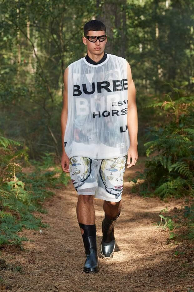Подиум в лесу, рыбацкие сапоги и ни одного бежевого тренча: чем удивил новый показ Burberry