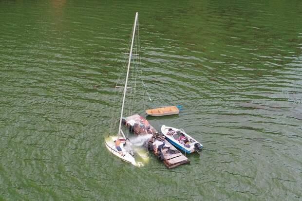 На суше и на море: в ненастное воскресенье на ижевском пруду затонул парусник