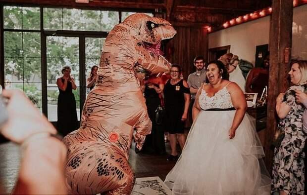 Пара сыграла тематическую свадьбу в стиле «Парка Юрского периода», на подготовку динозавров и прочего ушло полтора года