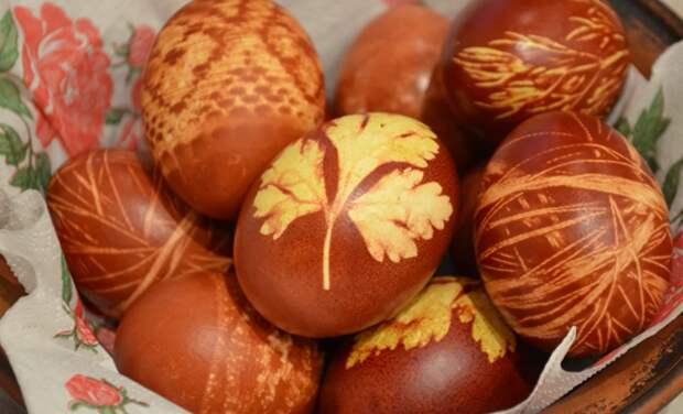 2. Мамы и бабушки, а теперь и мы, чаще всего красим яйца луковой шелухой пасха, праздник, украшение яиц, яйца