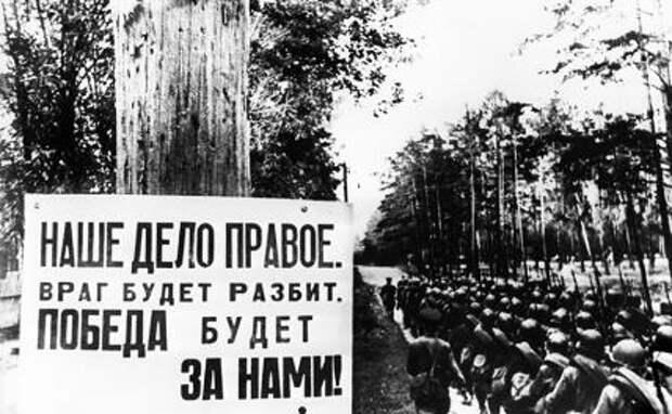 На фото: солдаты направляются на передовые позиции,1941 год.