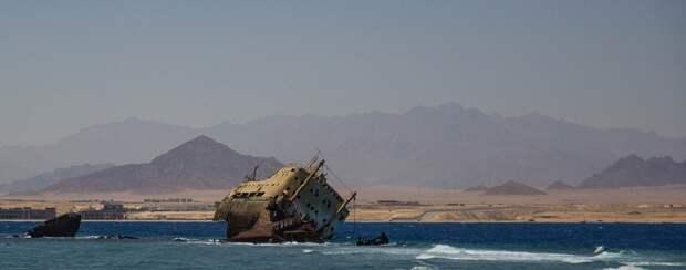 На бис: танкер вновь сел на мель в Суэцком канале