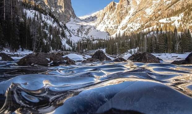 Фотограф запечатлел замерзшие волны озера Колорадо, они похожи на стеклянные дюны
