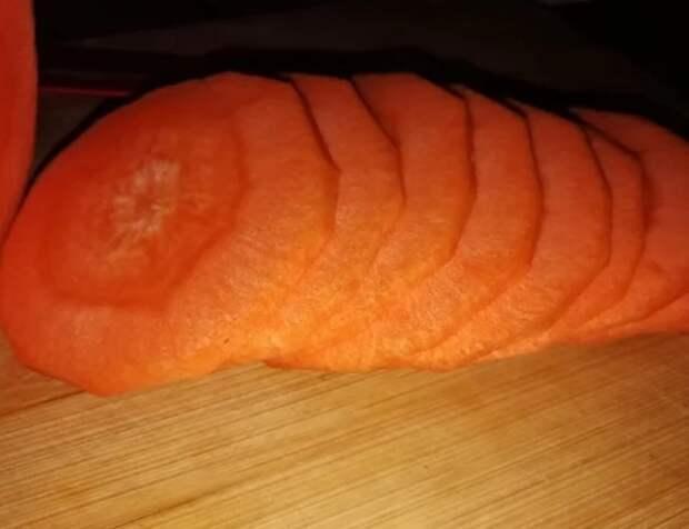 Знакомый узбек научил резать морковь соломкой за 40 секунд. Теперь так режу все овощи