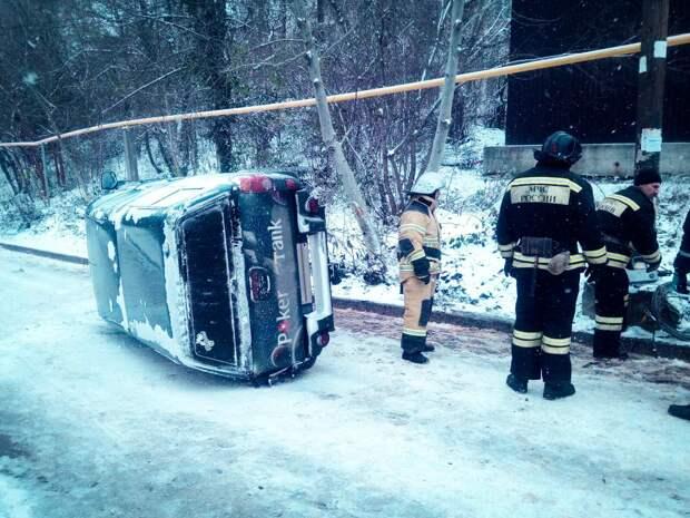 В Севастополе на территории Инкермана перевернулась машина