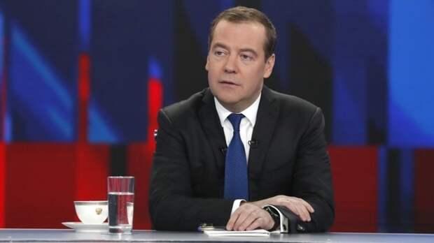 Медведев заявил, что Россия гордится профессиональным подвигом медиков