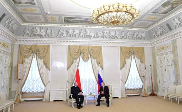 Александр Лукашенко сегодня утром неожиданно прибыл в Санкт-Петербург на встречу с президентом Владимиром Путиным....