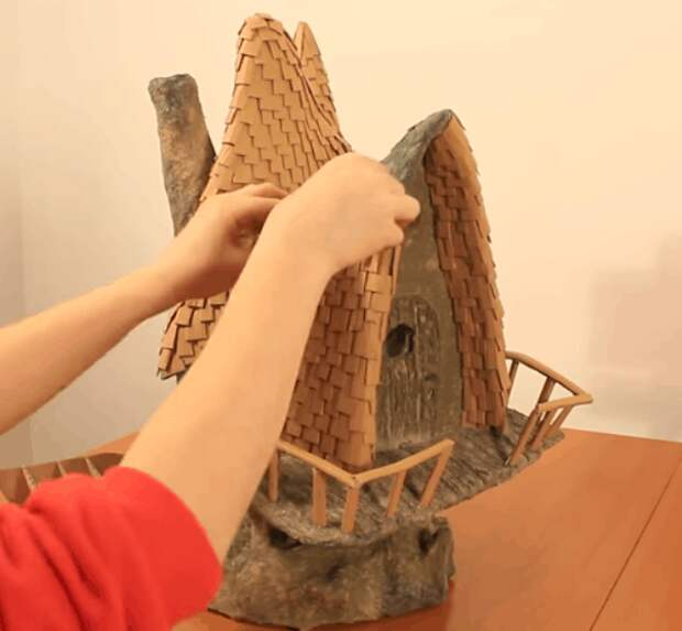 Ночник для стильного интерьера: сказочная избушка из бросовых материалов