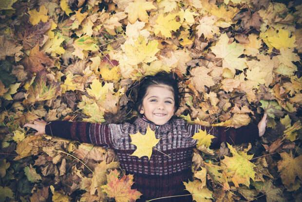 девочка в листьях