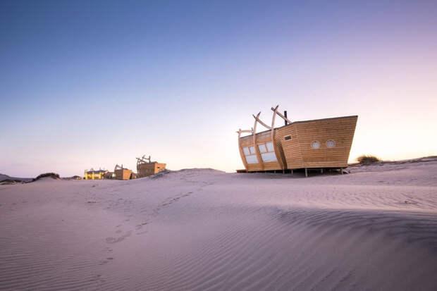 Необычный экоотель посреди кладбища кораблей