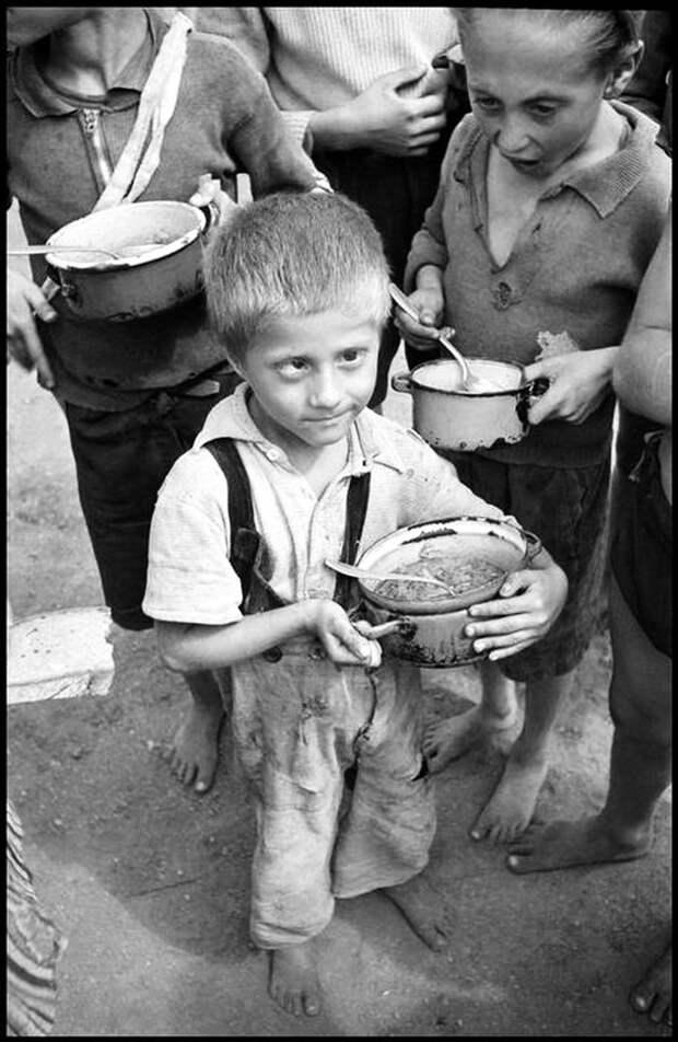 Венгрия, 1948 год - Дети-сироты, получившие свой обед
