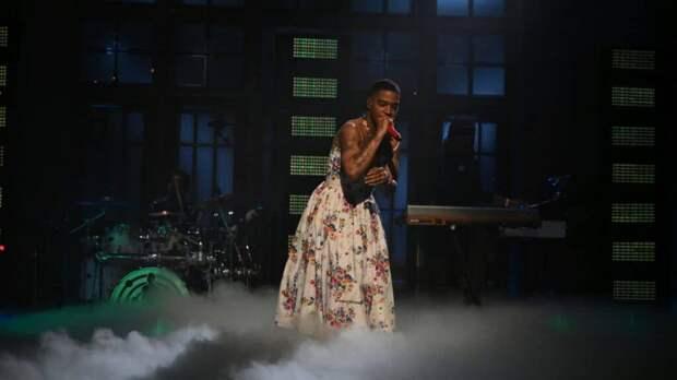 Рэпер Kid Cudi выступил в платье на Saturday Night Live в честь Курта Кобейна