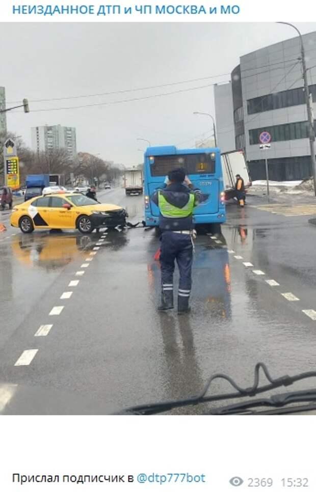 Авария произошла на пересечении Коровинского шоссе и Ижорского проезда