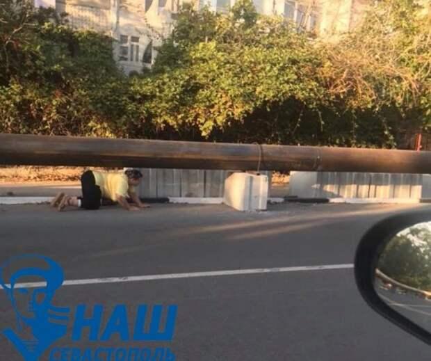 Опасный участок в Севастополе вблизи ремонтируемого водовода
