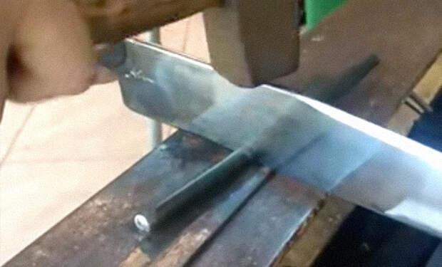 Бразильский кузнец показал на видео клинок, который может разрезать стальной прут