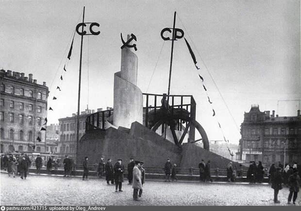 Как выглядел Невский проспект в конце XIX века, во время блокады и советских праздников