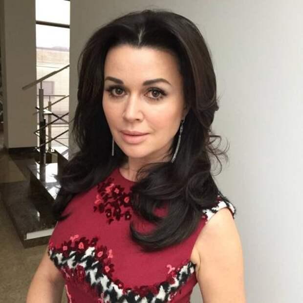 Анастасия Заворотнюк детским фото доказала, что не делала пластику лица