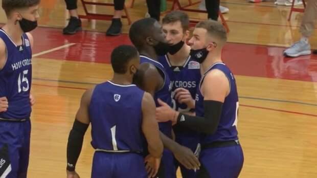 В США состоялся первый баскетбольный матч, все участники которого играли в масках