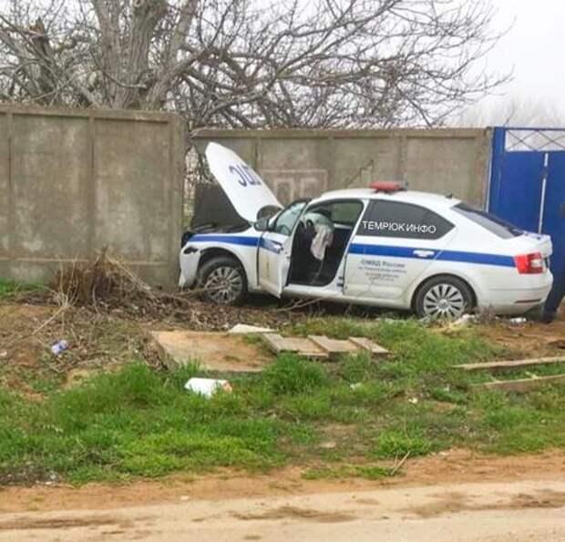 В Краснодарском крае автомобиль ДПС протаранил бетонную стену