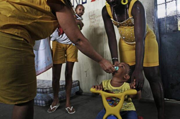 8. Педро родился в тюрьме. Его мать 33-летняя Розангела (слева) отбывает срок за международный сбыт наркотиков. Ее поймали, когда она попыталась улететь в Испанию с кокаином. По закону Бразилии, ребенок не может оставаться в тюрьме после двух лет, но во многих случаях заключенные настолько бедны, что не могут позволить себе отправить ребенка в приют, и дети вынуждены жить с ними. (Luiz Santos)