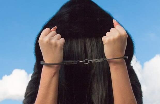Успевшую сделать тайники-закладки героинщицу задержали во дворе на Коненкова