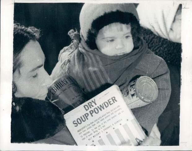 1947. Мать покупает ленд-лизовые продукты в продовольственном магазина Киева