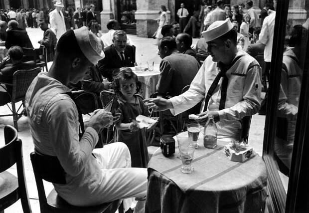Италия, Неаполь, 1948 год - Маленькая девочка, предлагающая американским морякам в кафе сигареты с черного рынка