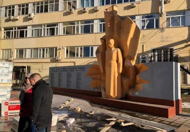 Дочь героя и лидер «Совета Матерей» Буцкая спасают памятник москвичам погибшим на войне / Фото: Анатолий Алешин