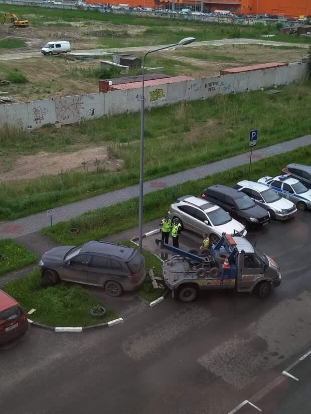Наказание автохама из Омска законным способом bmw, авто, автоместь, автохам, газон, парковка, тротуар, эвакуатор
