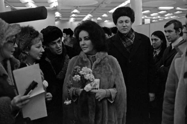 Элизабет Тейлор, прилетевшая в Ленинград для участия в съемках советско-американского фильма «Синяя птица». Аэропорт Пулково, 1975 год.