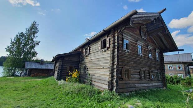 Старинные русские дома в деревне Верхние Мандроги