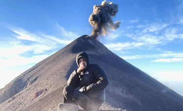 Мужчина сел помедитировать на горе, а за его спиной проснулся вулкан: видео