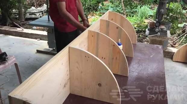 Декоративная угловая полка из деревянных поддонов