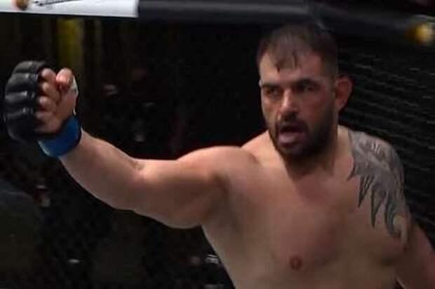 Тяжеловес из UFC нокаутировал соперника встречным ударом