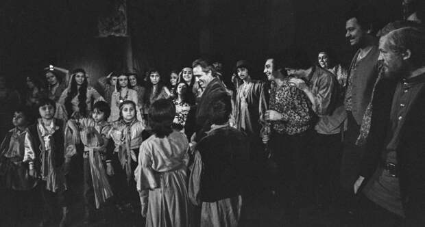 Театру «Ромэн» – 90: как цыгане из таборов получили театр и стали культурной элитой СССР?