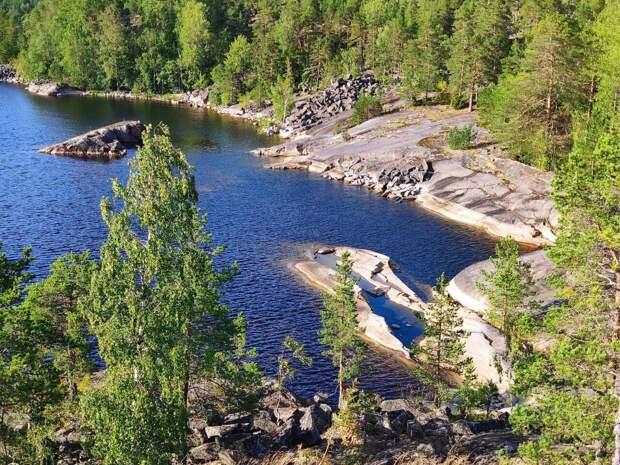 Величественный облик северной природы - озера, сосны и скалы.
