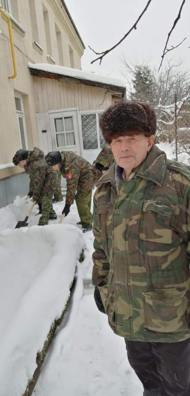 Кадеты школы из Северного расчистили снег во дворе у ветерана