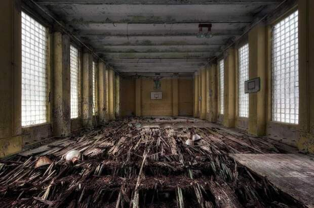 Баскетбольная площадка в бывшем военном комплексе под Берлином. Им пользовались нацисты до конца Второй мировой войны. Это место также использовалось при съемках фильмов, таких как «Мой фюрер», «Враг у ворот» и «Бесславные ублюдки»