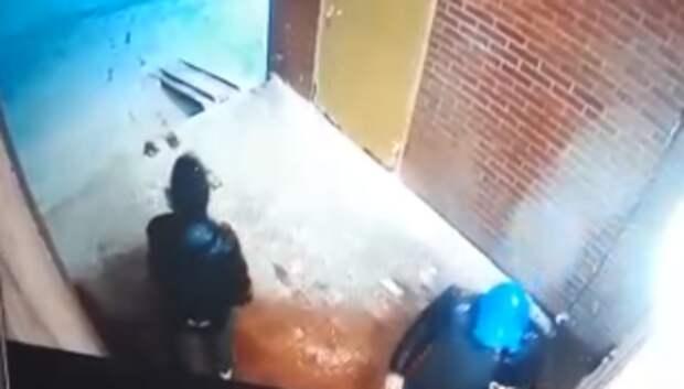 Неизвестные вандалы пытались вскрыть входную дверь в подъезд в Подольске