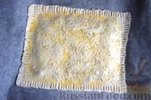 Фото приготовления рецепта: Слоёный пирог с килькой в томате - шаг №10