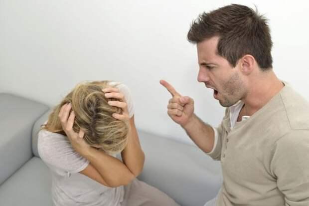 мужчина ругает женщину