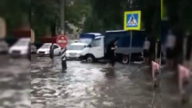 В Азове мощный ливень затопил рынок