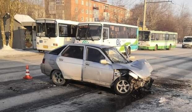 В аварии с участием автобуса пострадали три омича