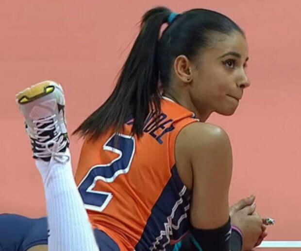 20-летняя волейболистка завоевала славу плавными движениями бедер