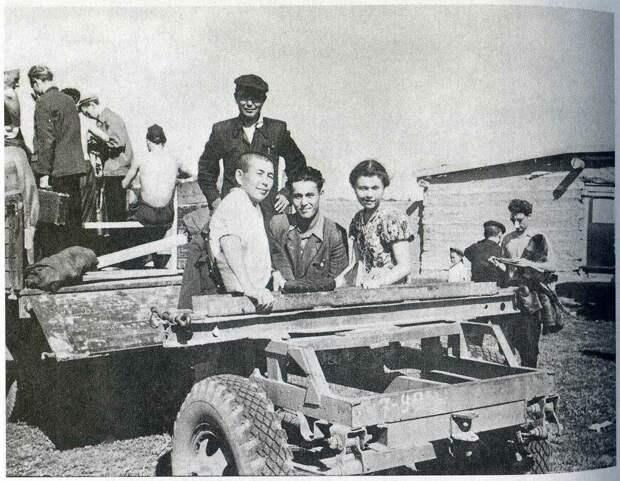 1958, июнь - Казахская ССР, Павлодарская обл. Высоцкий стоит спиной с чемоданом.